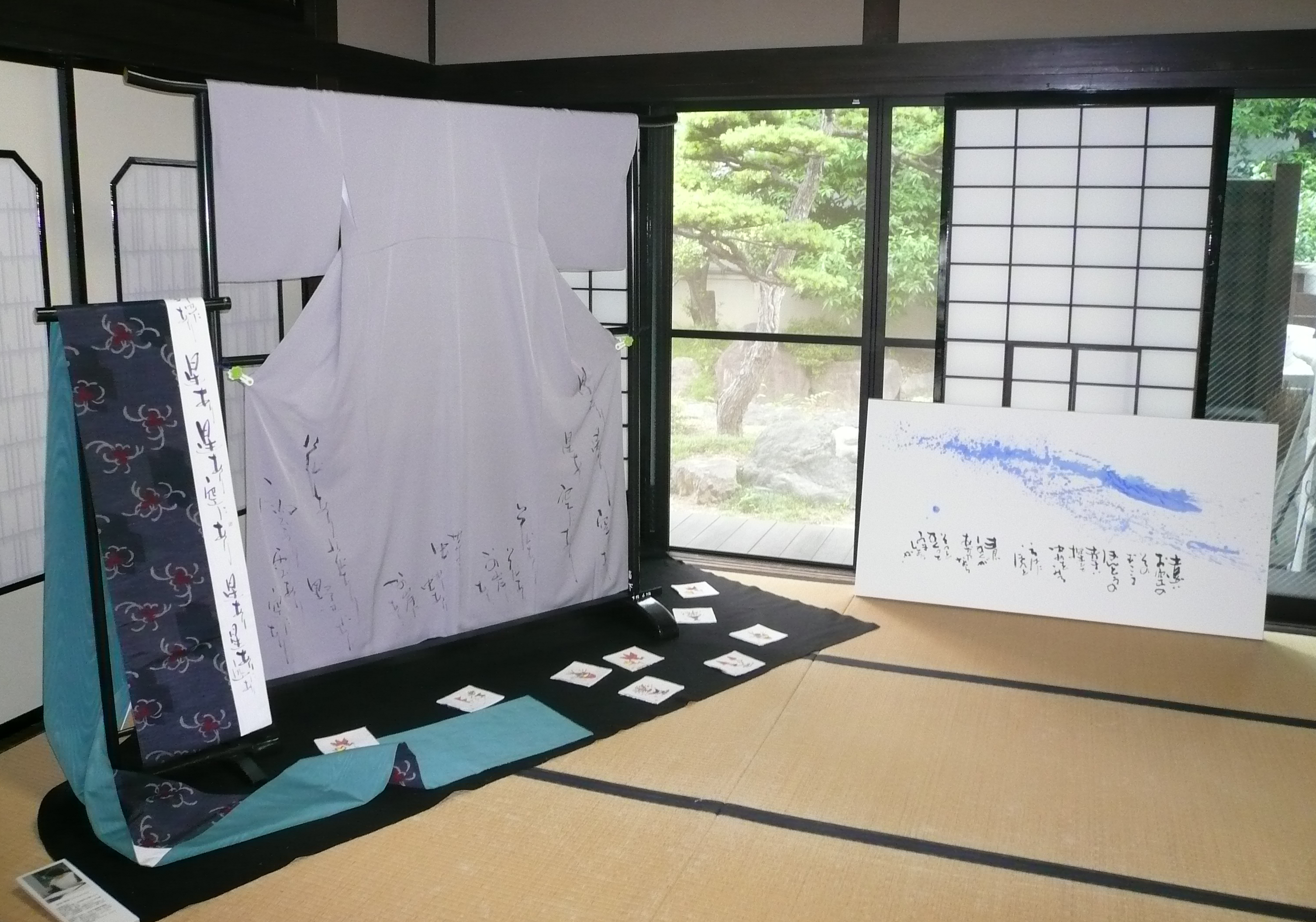 和室に着物と帯を展示